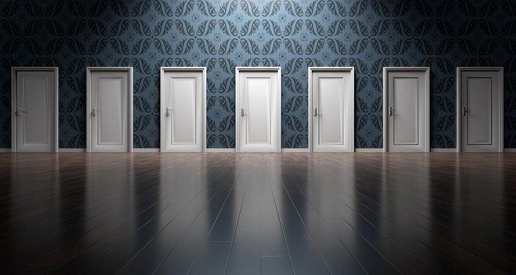הצלחה בחיים: חלל כניסה עם 7 דלתות