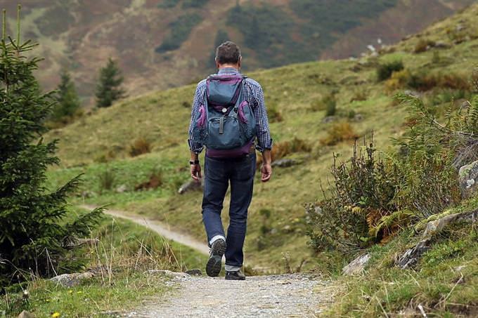 מבחן אסוציאציות: אדם מטייל בטבע