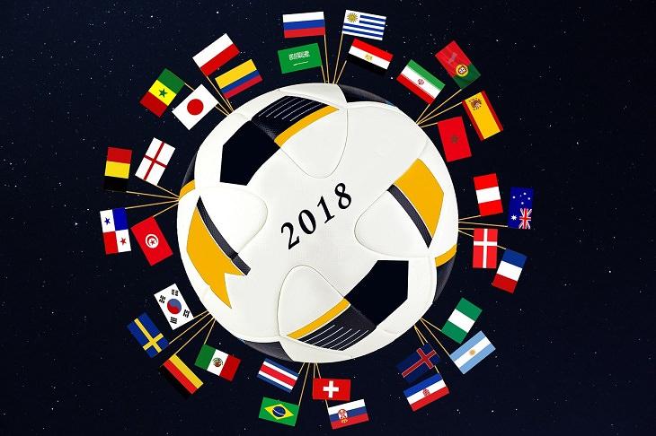 המדריך השלם למונדיאל 2018: איור של כדור עם הכיתוב 2018 ודגלי כל הנבחרות המשתתפות בטורניר