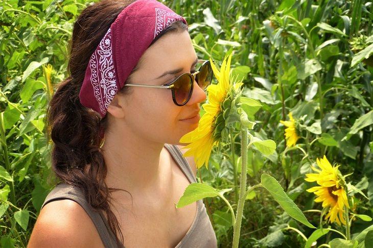 ארטישוק ירושלמי: נערה מריחה פרח בטבע