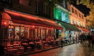 בחן את עצמך: בית קפה פריזאי מואר בלילה