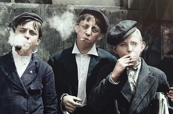 תמונות היסטוריות: חבורת ילדים מעשנים סיגריות מ-1910
