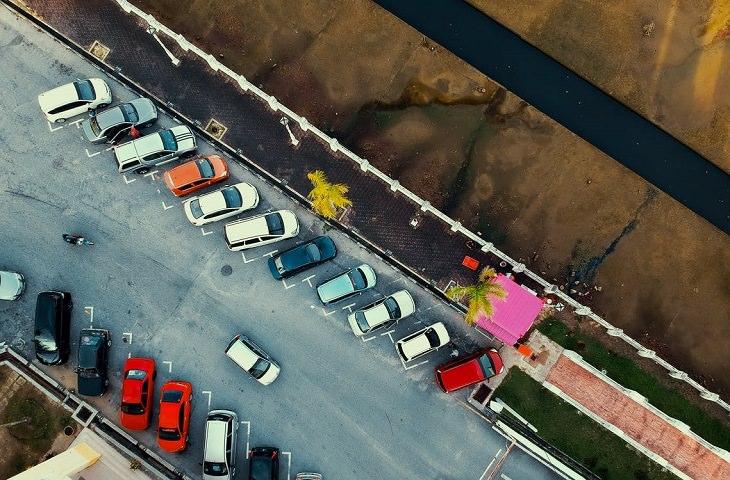 9 עובדות פסיכולוגיות: רכבים חונים בחניה ציבורית