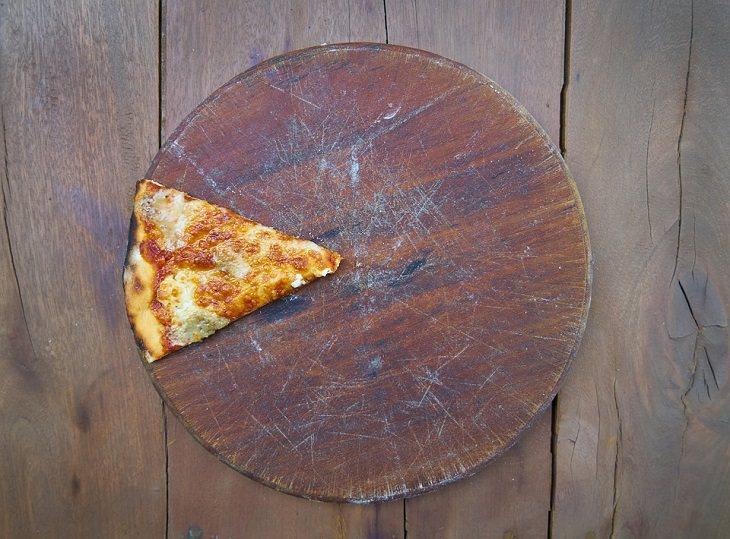9 עובדות פסיכולוגיות: משולש פיצה על מגש עץ