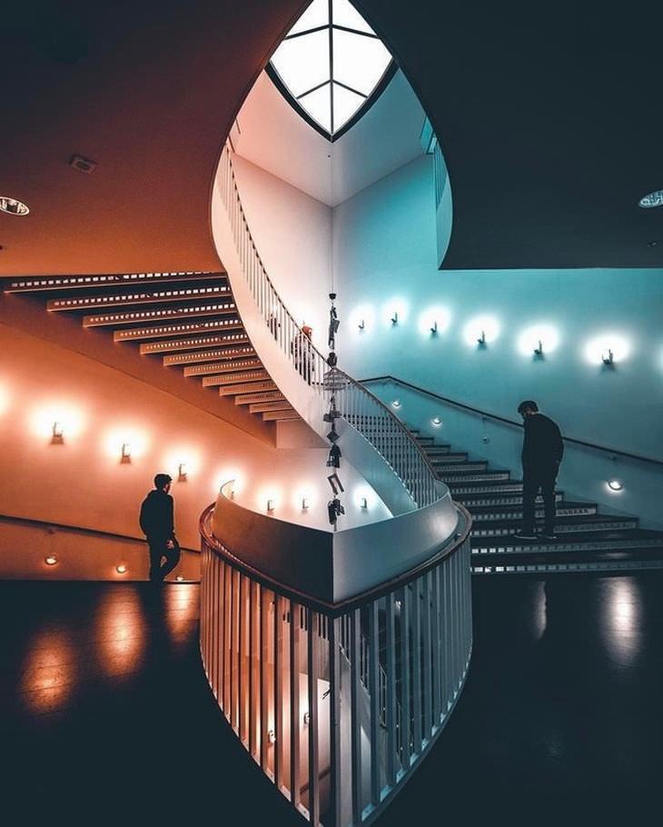 תמונות נפלאות: שני חברים עולים ויורדים בגרם המדרגות המעוצב שבמוזיאון לאומנות מודרנית בשיקגו