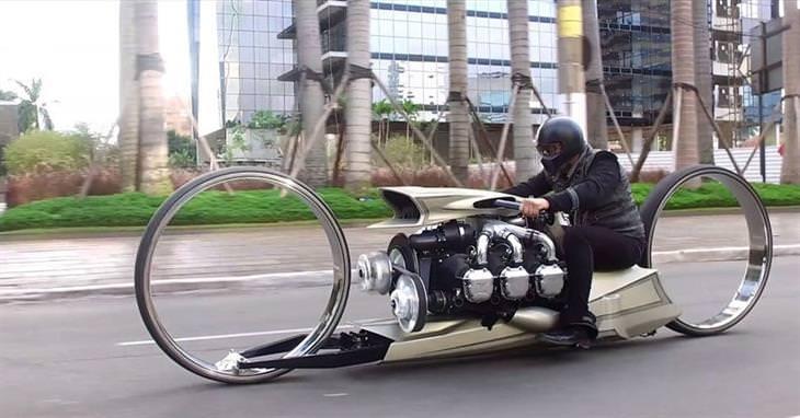 אופנוע TMC Dumont: איש רוכב על האופנוע בכביש