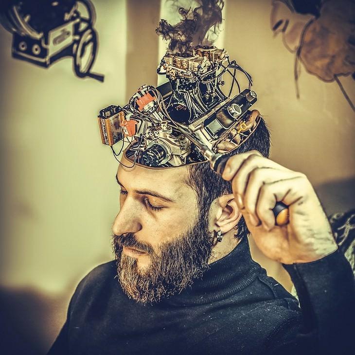 שינויים בעוד 100 שנה: גבר מטפל במוח המכני שלו