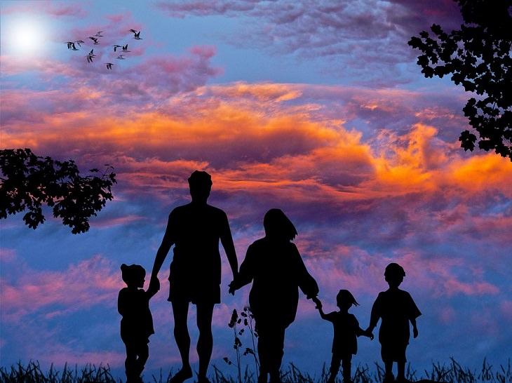 פתרון סכסוכים: משפחה מחזיקה ידיים בשקיעה