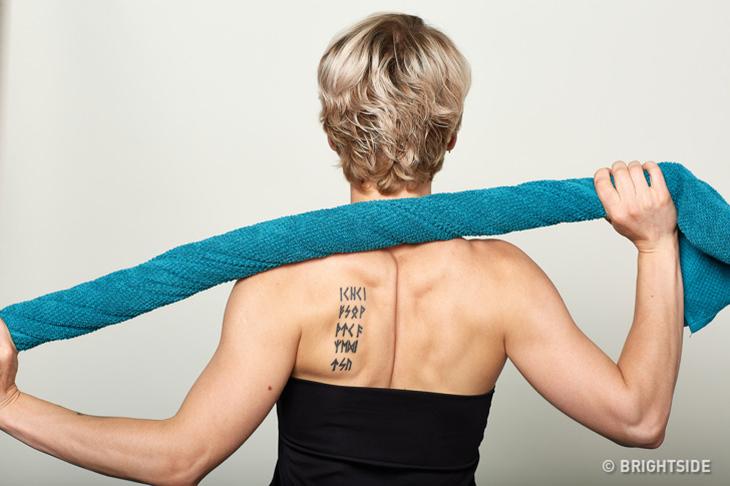 איך להיפטר מעקשת יציבתית: אישה מבצעת עיסוי עצמי עם מגבת