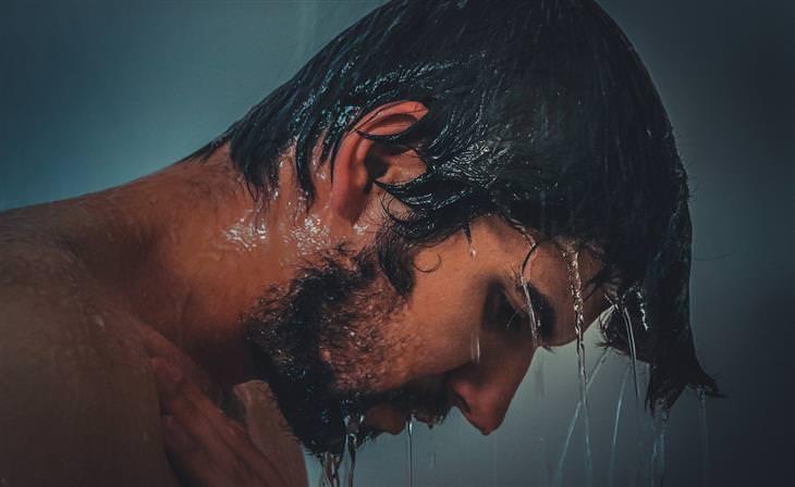 דברים שצריך לזכור בנוגע לדרך הקשה אל האושר: גבר מתקלח