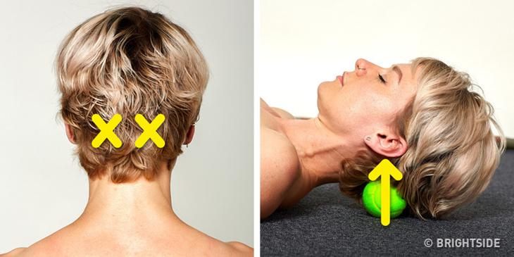 איך להיפטר מעקשת יציבתית: אישה שוכבת עם הראש על כדור טניס