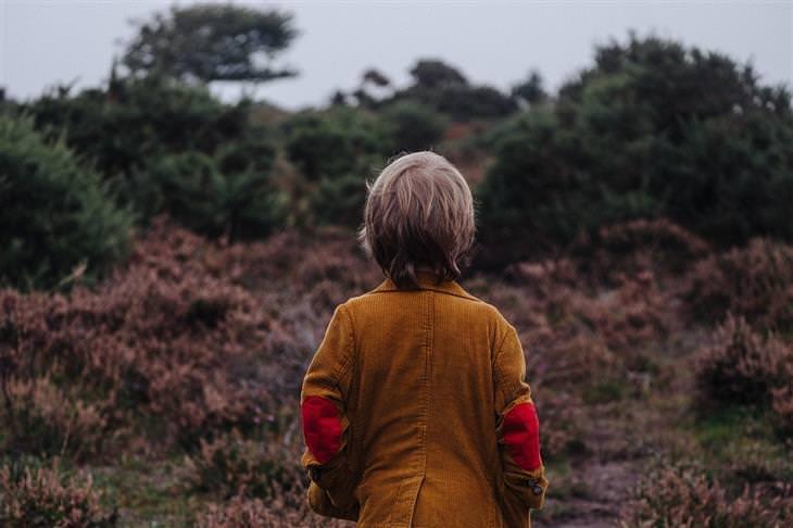 משל חיי נצח: ילד עומד עם הגב למצלמה בטבע