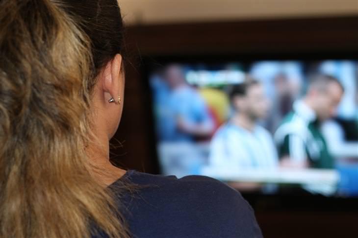 דברים שצריך לזכור בנוגע לדרך הקשה אל האושר: אישה צופה בטלוויזיה