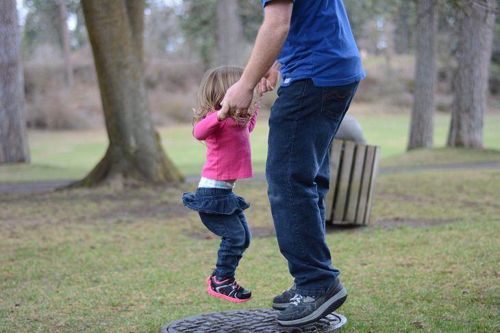 """""""10 הדיברות"""" להורות טובה: אב וילדתו אוחזים ידיים ומקפצים"""