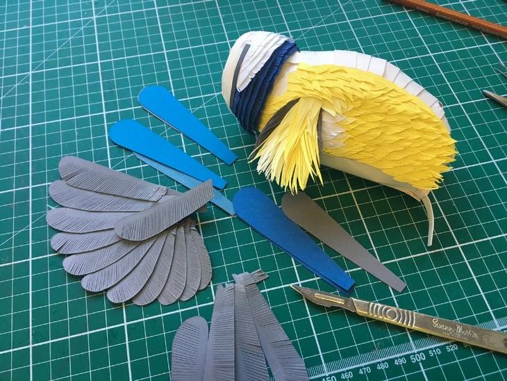 פיסול בנייר: עבודת חיתוך והרכבה של ציפור