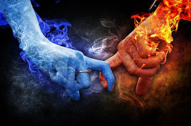 טכניקות למניעת בעיות ביחסים: יד אש ויד מים מחזיקות אצבעות