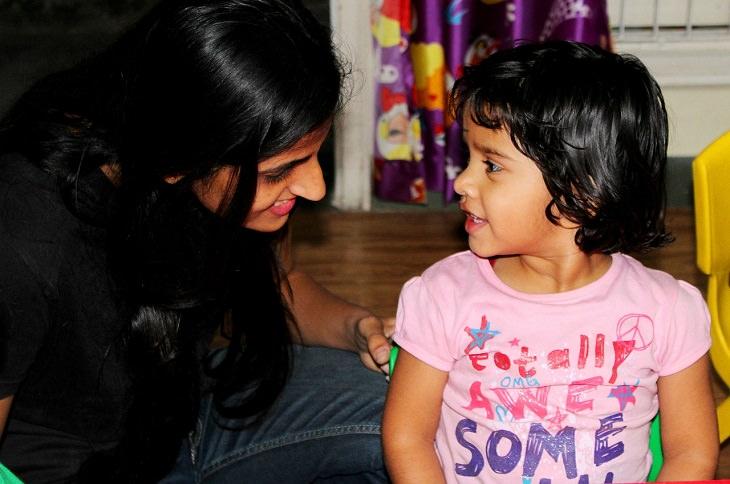 גישת רג'ו אמיליה: ילדה ואם מחייכות זו אל זו