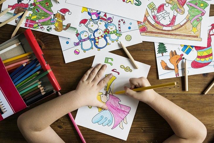 גישת רג'ו אמיליה: ילד מצייר על דפים וצובע