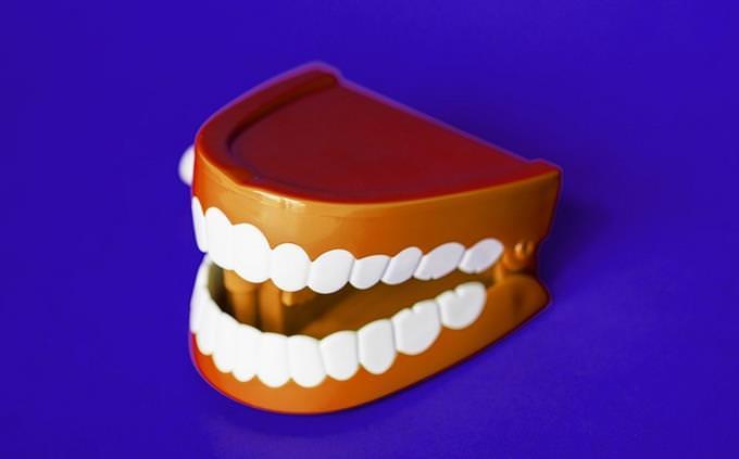 מבחן מי אני: שיניים תותבות