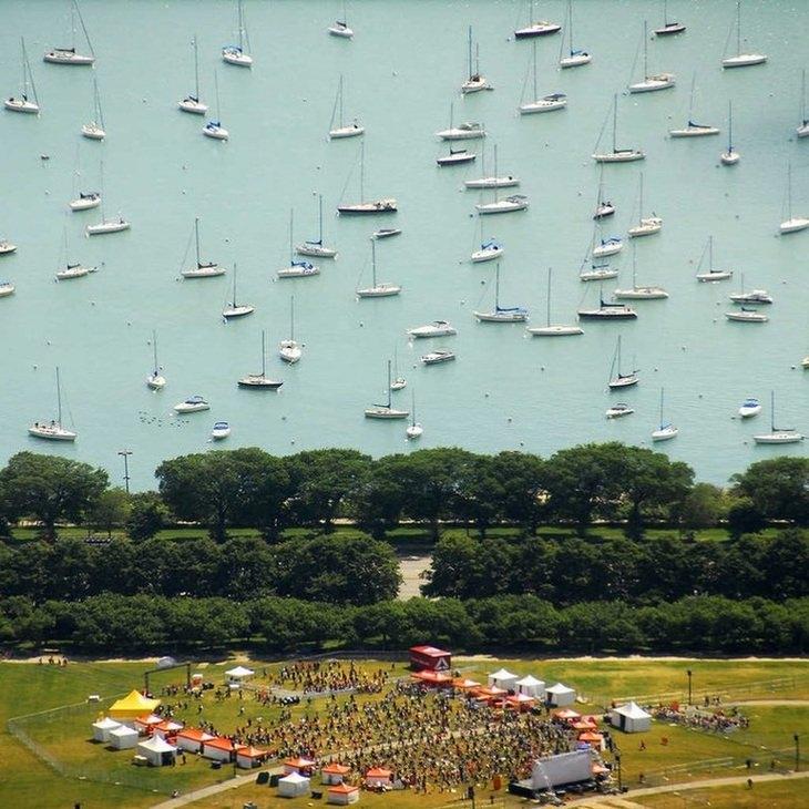 תמונות ברגע הנכון: נוף של פארק ומאחוריו ים עם ספינות, שנראים כאילו הם במקום השמים