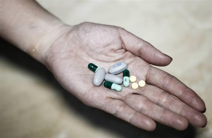 תרופות מרשם שעלולות להחמיר תסמיני דיכאון: יד מחזיקה טבליות וגלולות