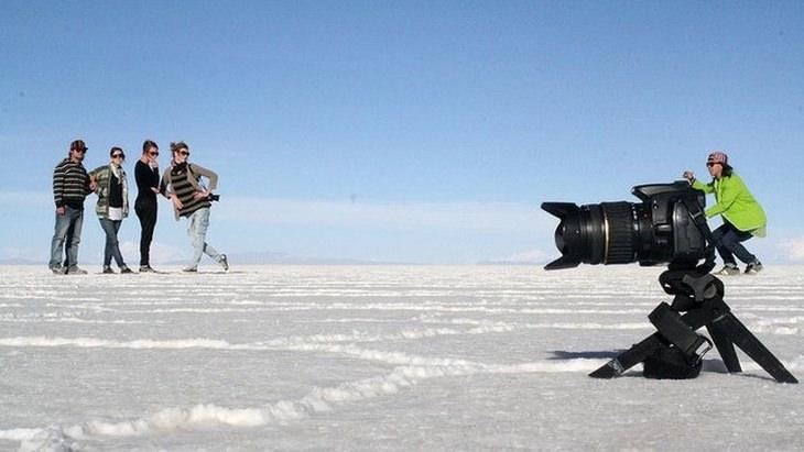 תמונות ברגע הנכון: אישה מצלמת אנשים אחרים עם מצלמה ענקית