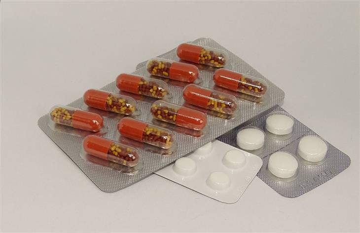 תרופות מרשם שעלולות להחמיר תסמיני דיכאון: כמוסות וטבליות בתוך אריזות