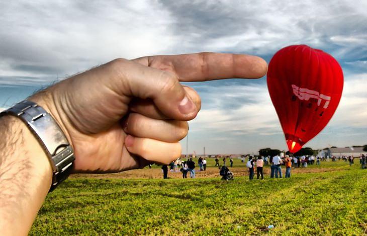 תמונות ברגע הנכון: יד של גבר נראית כאילו היא דוחפת כדור פורח