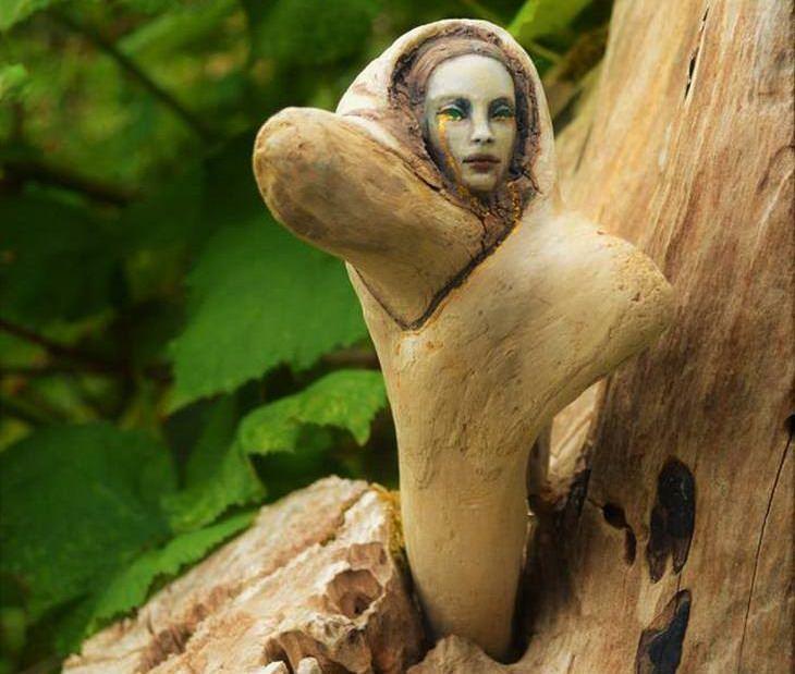 18 פסלי עץ מרהיבים: אישה מעץ חובקת תינוק