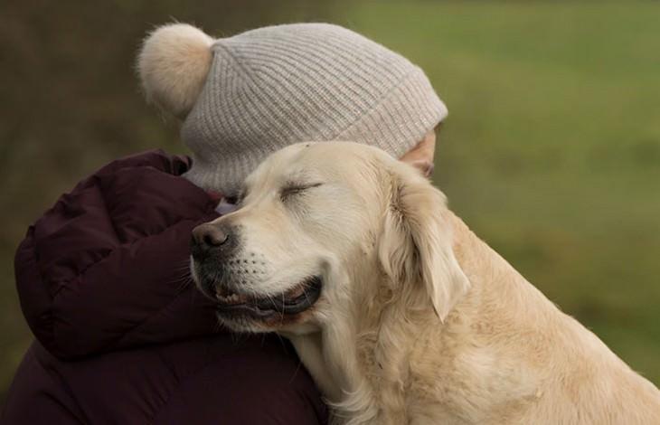 כלבים חמודים: אישה מחבקת כלב