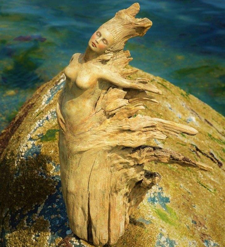 18 פסלי עץ מרהיבים: אישה מעץ פורשת ידיים לצדדים