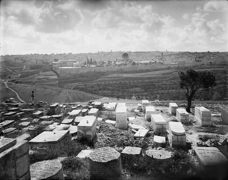 ירושלים ההיסטורית: העיר העתיקה ירושלים מצולמת מכיוון בית הקברות שבהר הזיתים
