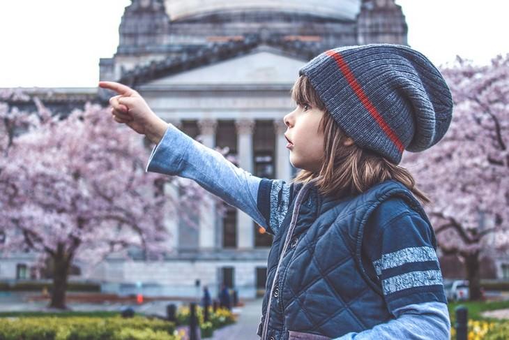 שאלות לשאול את ילדיכם הקטנים: ילד מצביע