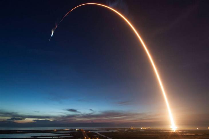 """תמונות ארכיון של נאס""""א: חללית ממריאה ומשאירה אחריה שובל של אור"""