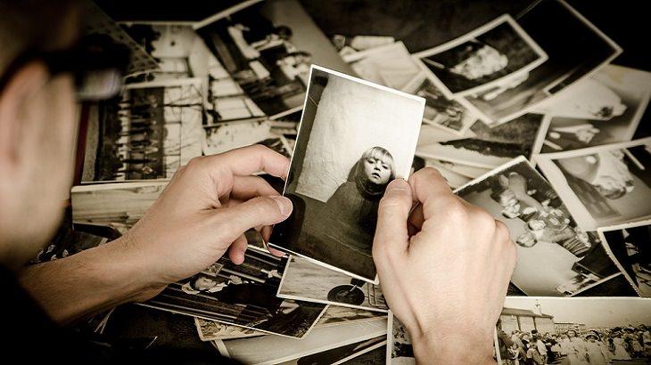 שאלות לחיזוק מערכת יחסים: אדם מסתכל בתמונות ישנות