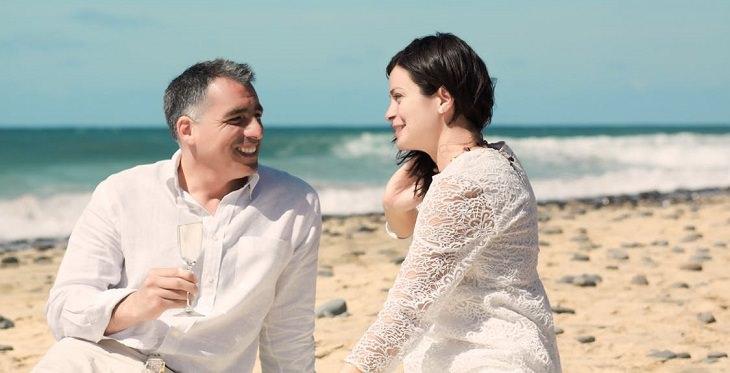 שאלות לחיזוק מערכת יחסים: זוג מאושר על החוף