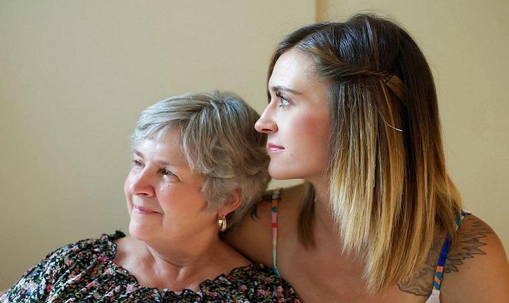 שאלות לחיזוק מערכת יחסים: אם וביתה הבוגרת מביטות לאותו כיוון