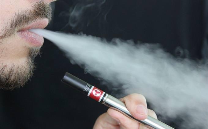 כמה אתה מוכן לחופשה: גבר מעשן סיגריה אלקטרונית