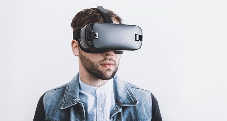 ההשפעות החיוביות של גאדג'טים על ילדים: גבר עם משקפי מציאות מדומה