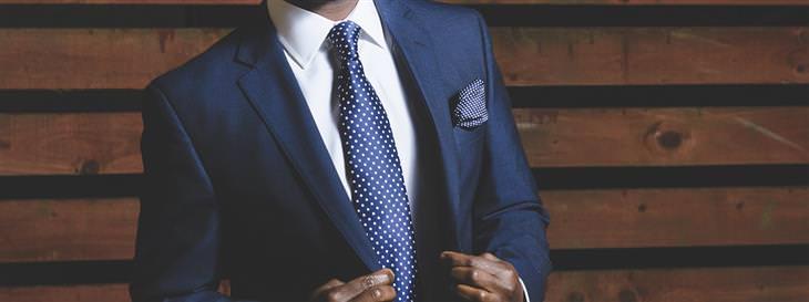 אמונות שגויות בנוגע להצלחה: איש בחליפה