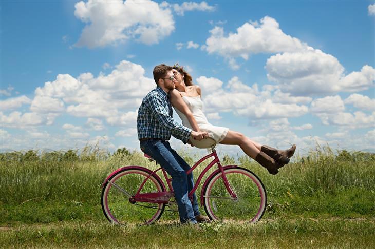 אמונות שגויות בנוגע להצלחה: גבר ואישה נוסעים על אופניים ומתנשקים