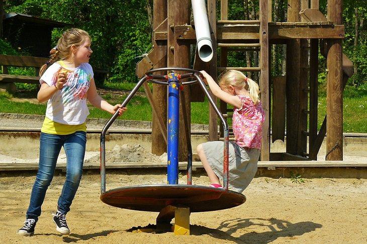 9 משפטי קסם לגידול וחינוך ילדיכם: שתי ילדות בגן שעשועים