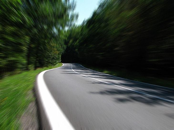 ממה להימנע כדי להיות מאושרים: כביש מצולם במהלך נסיעה
