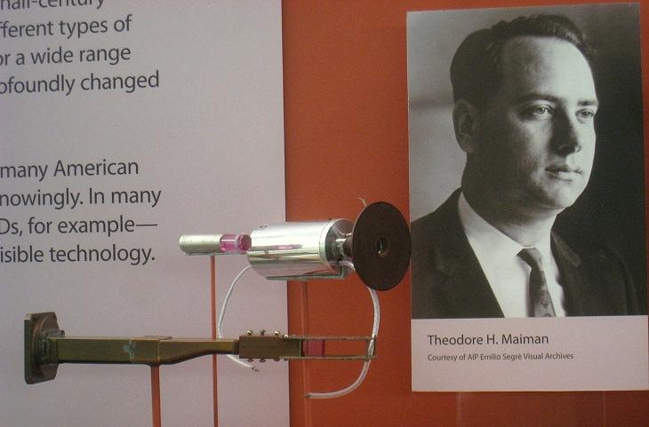 המצאות מפתיעות של יהודים:  תמונה של תיאודור מיימן לצד הלייזר שהוא פיתח
