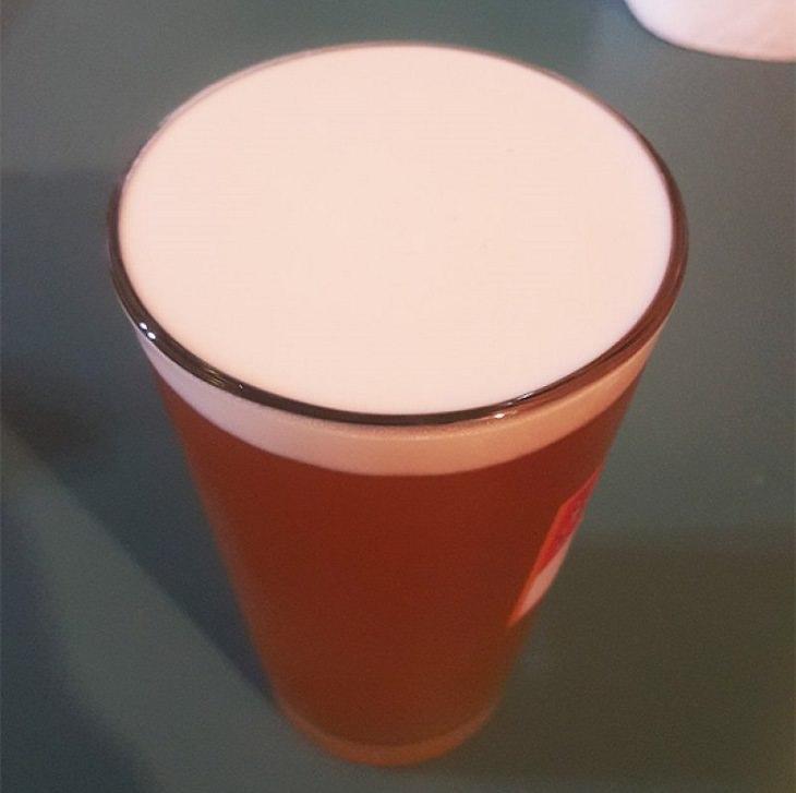 תמונות של סדר, ארגון ותיאום: כוס בירה עם קצף חלק