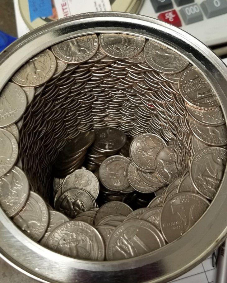 תמונות של סדר, ארגון ותיאום: מטבעות מסודרים בקופסת חיסכון