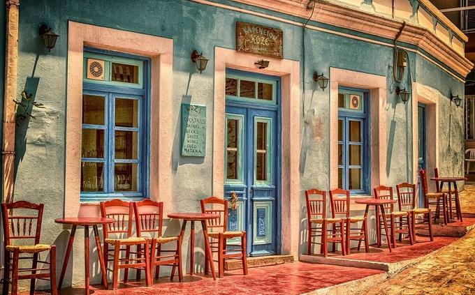 בחן את עצמך: כניסה למסעדה עם כיסאות עץ שמוצבים בחוץ