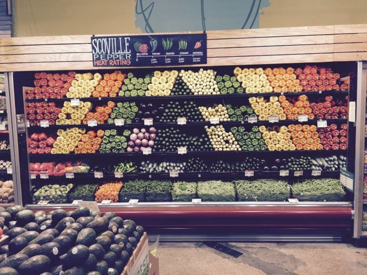 תמונות של סדר, ארגון ותיאום: ירקות מסודרים במקרר בסופר