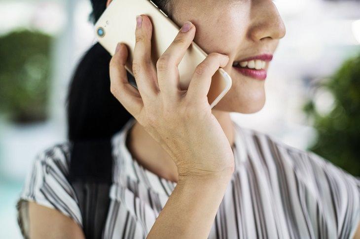 גבולות וכללים בזוגיות: אישה משוחחת בטלפון