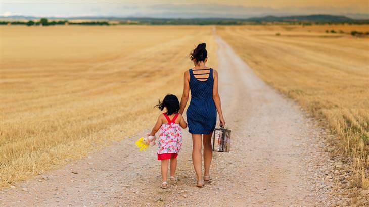 טיפים לחיזוק הביטחון העצמי אצל הורים: אימא הולכת יד ביד עם בתה בדרך עפר
